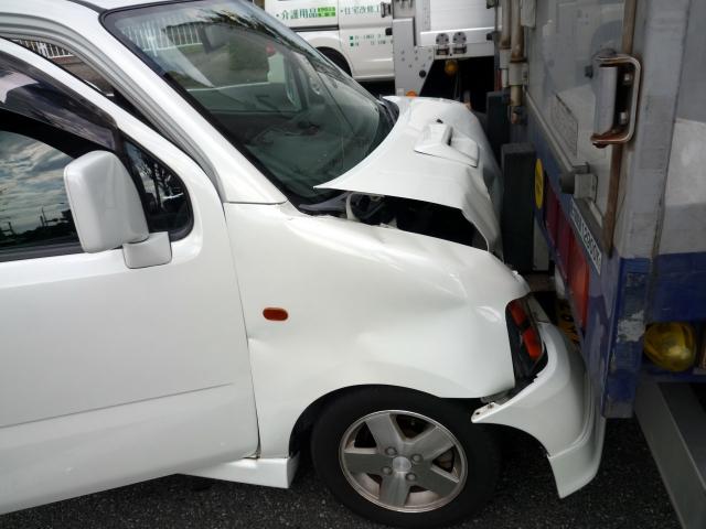 交通事故で潰れた車