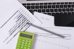 法律・弁護士関連の書類と電卓
